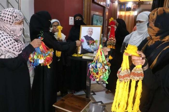 वाराणसी की मुस्लिम महिलाओं ने प्रधानमंत्री नरेंद्र मोदी को कहा - 'भैया मोरे राखी के बंधन को निभाया'