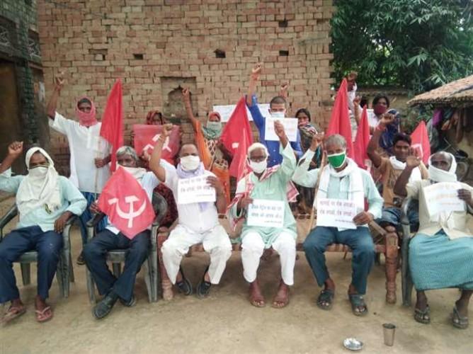 वाराणसी में महंगाई और भ्रष्टाचार के विरोध मेंं सीपीएम कार्यकर्ताओं ने किया प्रदर्शन