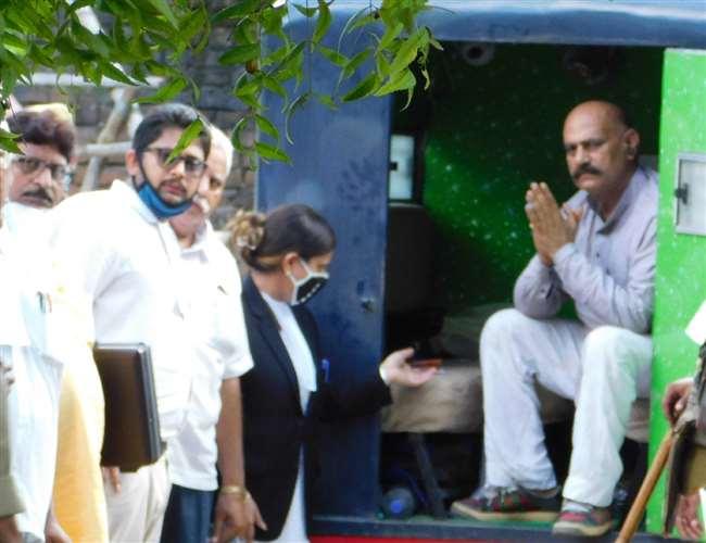 जेल जाते समय विधायक विजय मिश्र की खुली चुनौती, मुख्यमंत्री योगी आदित्यनाथ को हटा देंगे