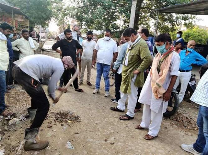 रोहनिया विधायक सुरेंद्र नारायण सिंह ने सड़क खोदवाकर देखी गुणवत्ता