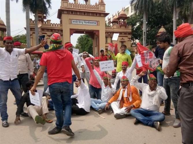 बीएचयू मुख्य द्वार पर प्रदर्शन करने जा रहे सपा कार्यकर्ताओं को पुलिस ने लंका पर रोका