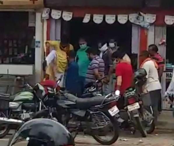 भाजपा नगर अध्यक्ष की दबंगई का वीडियो वायरल लात-घूंसों से पीटा