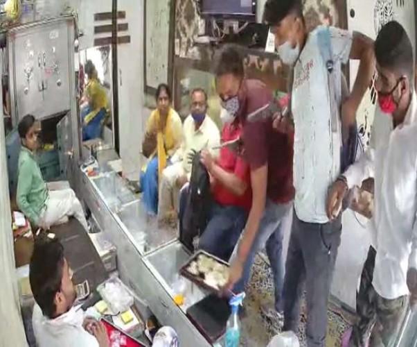 अलीगढ़ में दिनदहाड़े ज्वेलर शॉप से 35 लाख की लूट, तमंचा दिखा तीन बाइकर्स ने की वारदात