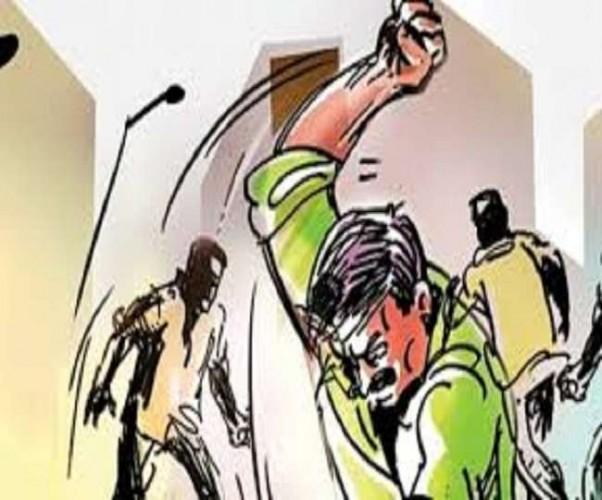 जौनपुर में आरोपित को सभी के सामने पंचायत में लाठियों से पीटा, थूक कर चटवाया