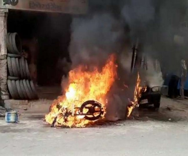 लखनऊ के शुभम सिनेमा के पास बाइक में वेल्डिंग करते समय कार में भी लगी आग