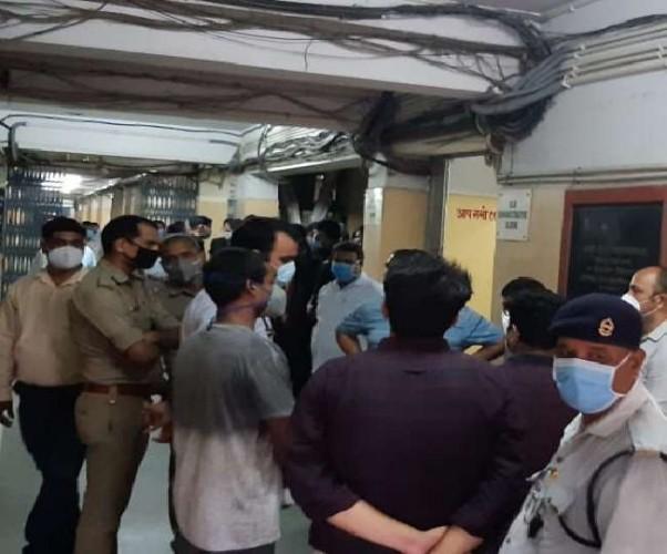 बीएचयू के सर सुंदरलाल अस्पताल में छात्रों ने जमकर बवाल काटा।