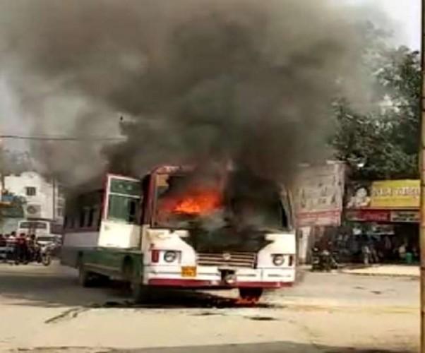हरदोई जा रही रोडवेज बस में शॉर्ट सर्किट से लगी आग, यात्री और कर्मी दोनों सुरक्षित