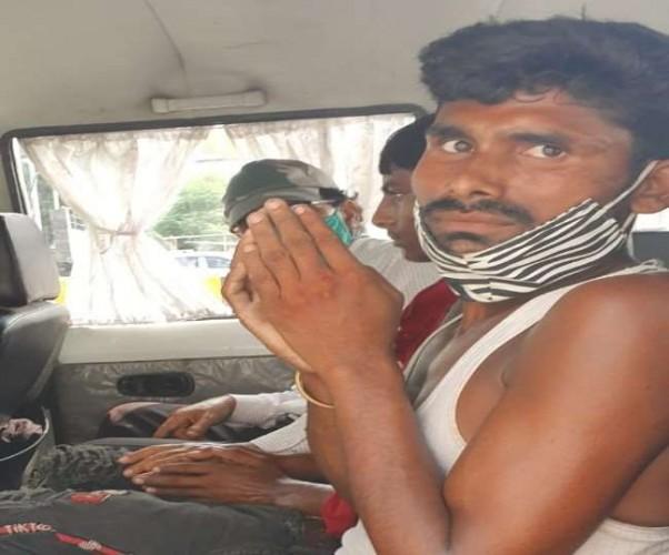 लखनऊ में तोते और मुनिया बेचने वाले दो लोगों को वन विभाग ने किया गिरफ्तार