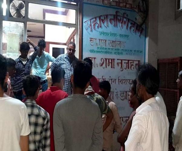 बलरामपुर में सड़क पर घंटों पड़ा रहा शव, डिप्टी CMO पर लापरवाही का आरोप