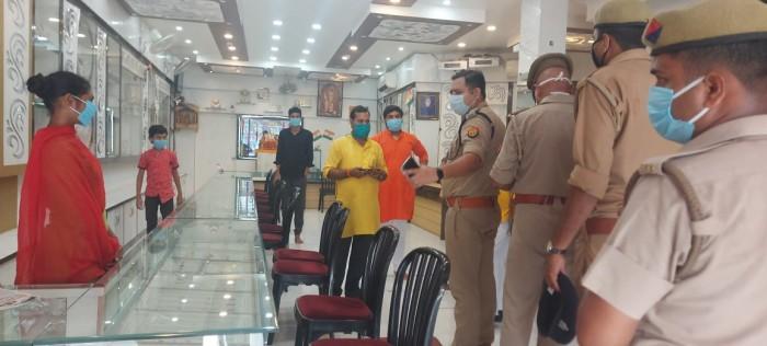 पुलिस ने मास्क न लगाने पर दूकानदारो को दी हिदायत