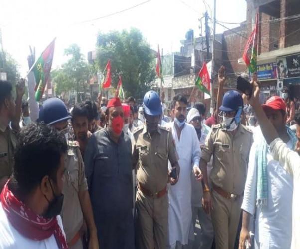 मेरठ कलेक्ट्रेट में भाकियू ने जड़ा ताला तो बिजनौर में विधायक हिरासत में