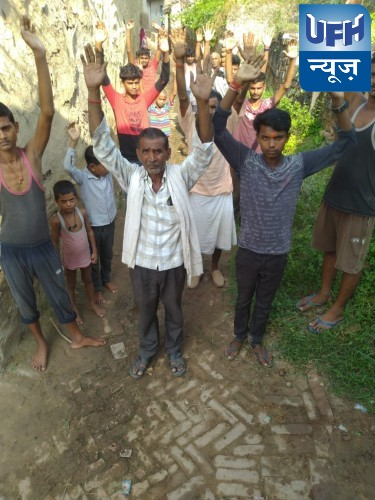 बांदा-ठेकेदार की मनमानी से तंग ग्रामीणों का प्रदर्शन