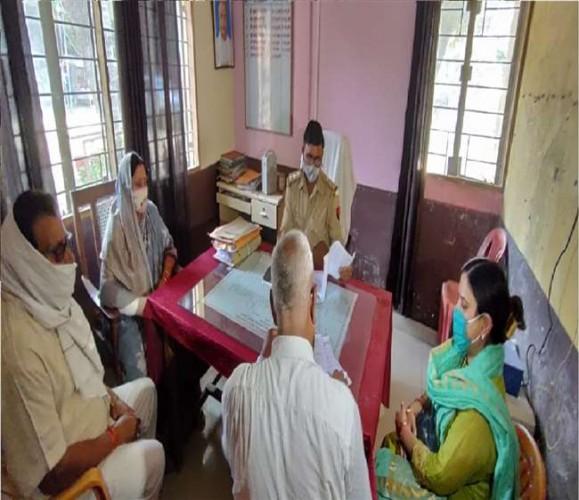 भदोही में फरार चल रहीं बाहुबली विजय मिश्रा की पत्नी एमएलसी रामलली मिश्रा पहुंचीं कोतवाली