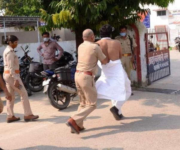 बाराबंकी मे प्रदर्शन कर रहे सयुस जिलाध्यक्ष हिरासत में, पुलिस से हाथापाई