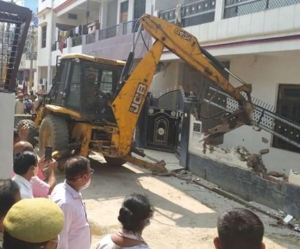 प्रयागराज मे अंडरवर्ल्ड डॉन छोटा राजन के शार्प शूटर राजेश यादव का तोड़ा जा रहा मकान