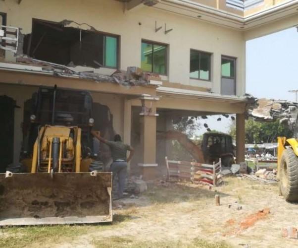 पूर्व विधायक विजमा यादव के भाई रामलोचन का गेस्ट हाउस और तीन मंजिला मकान ढहाया गया