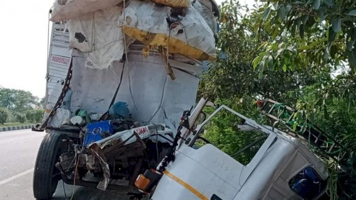 खड़े ट्रक में डीसीएम ने मारी  टक्करड्राइवर की मौत कंडक्टर  की हालत चिंताजनक