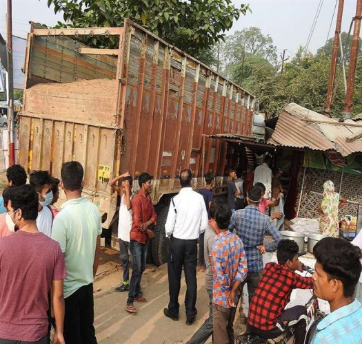 हमीरपुर में रानी लक्ष्मीबाई तिराहे के पास स्थित होटल में घुसा मौरंग भरा ट्रक