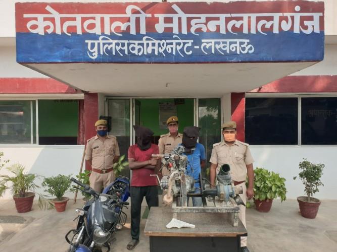 चोरों को पुलिस ने मोटरसाइकिल के साथ किया गिरफ्तार