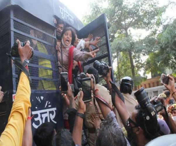 राजधानी में कलेक्ट्रेट पर प्रदर्शनकारी आप कार्यकर्ताओं पर झड़प के बाद लाठीचार्ज, कई गिरफ्तार