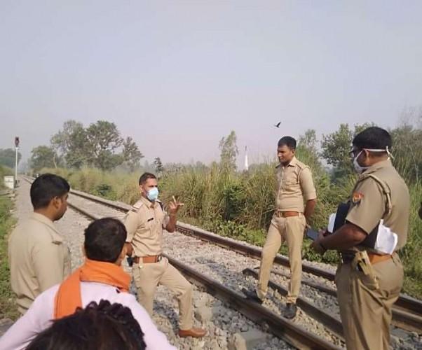 बाराबंकी मे रेलवे ट्रैक के पास मिला युवक का शव, हत्या की आशंका