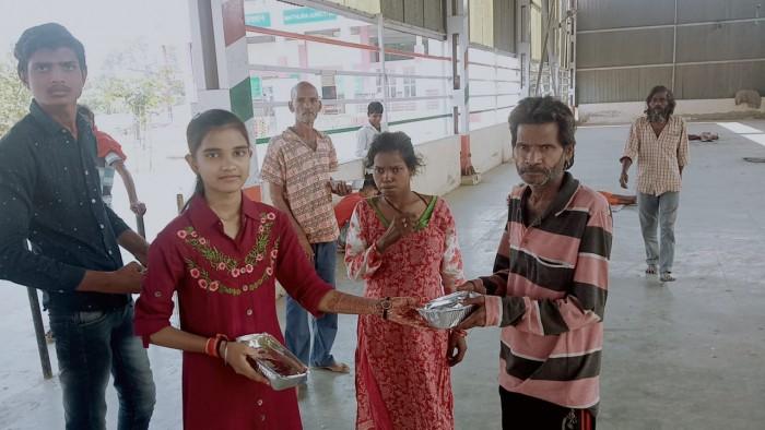 महक माही हेल्पिंग हैंड चैरिटेबल ट्रस्ट ने राम नवमी और विजयदशमी के अवसर पर बांटा खाना।