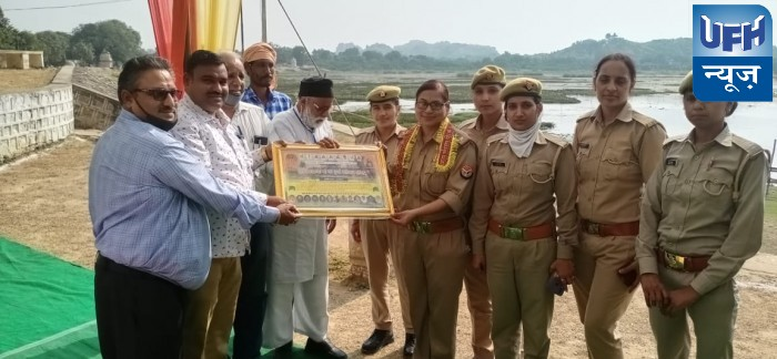 महोबा-मिशन शक्ति टीम को समाज-सेवियों द्वारा किया गया सम्मानित