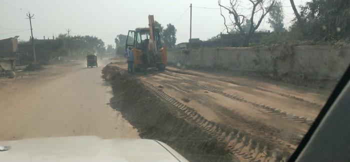 रोड चौड़ीकरण में ठेकेदार की मनमानी ग्रामीणों में आक्रोश