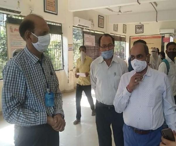 लखनऊ आरटीओ कार्यालय में तीन दिन में ही ध्वस्त हुई टोकन व्यवस्था, एटीसी ने RTO में मारा छापा