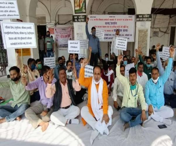 लखनऊ नगर निगम मुख्यालय पर प्रदर्शन, प्रभावित हुआ कामकाज
