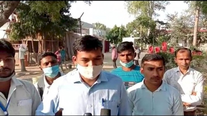 विद्युत विभाग के कर्मचारियों  को गांव वासियों ने जमकर पीटा