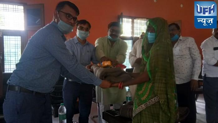 महोबा-क्रशर उद्योग में काम करने वाली महिलाओं को डीएम ने बांटे कंबल