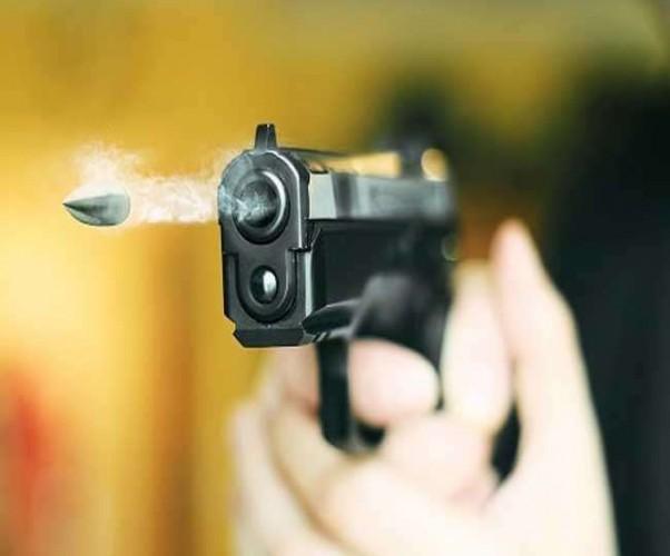 अलीगढ मे आरटीओ दफ्तर के बाहर दिनदहाड़े ताबड़तोड़ फायरिंग, दो को लगी गोली, एक की मौत