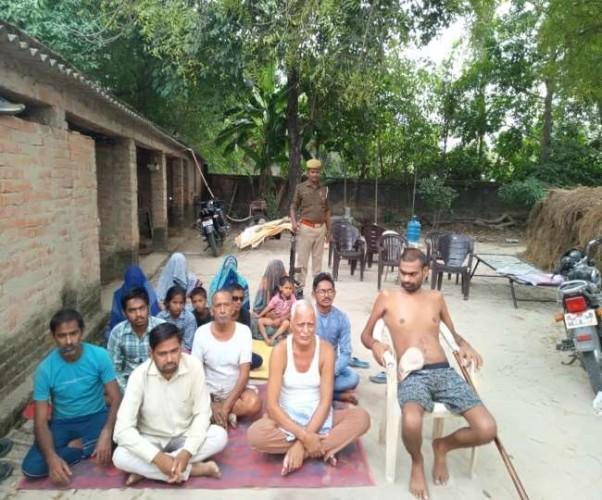प्रतापगढ़ में दारोगा के बयान से गुस्साए प्रधान ने घरवालों के साथ शुरू किया अनशन