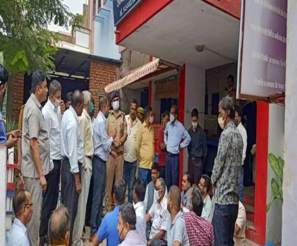 प्रयागराज में धूमनगंज थाने पर वकीलों का धरना