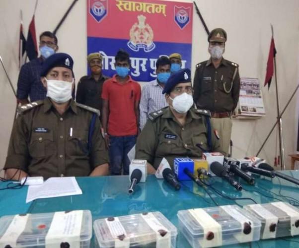 गोरखपुर में मजदूरों को बंधक बनाकर डाका डालने वाले दो बदमाश गिरफ्तार