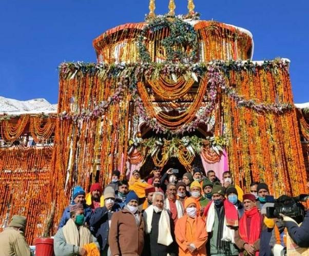 CM योगी आदित्यनाथ ने बदरीनाथ धाम में की विशेष पूजा, चमोली में पर्यटक आवास का भूमि पूजन