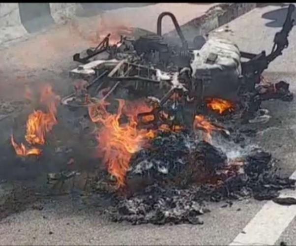 लखनऊ में पॉलिटेक्निक के पास बाइक में लगी आग, बाल-बाल बचे जीजा साली