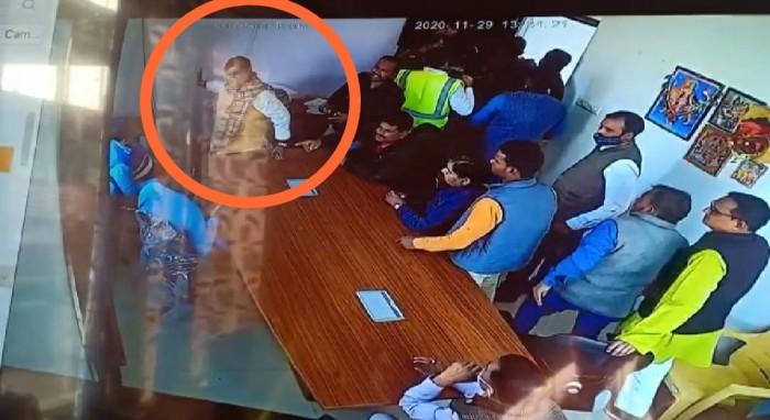 विधायक के गुर्गों ने टोल प्लाजा में कर्मचारियों को पीटा