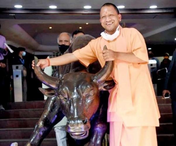 यूपी वासियों के लिए मुंबई से हजारों करोड़ का गिफ्ट लेकर लौटे सीएम योगी, कई बड़े समूह करेंगे निवेश