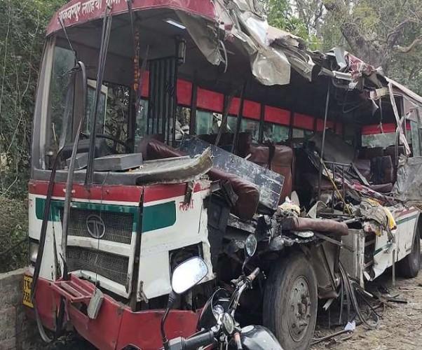 लखनऊ-अयोध्या हाईवे पर परिवहन निगम की बस खड़े ट्रक से टकराई, हादसे में दो की मौत-15 घायल