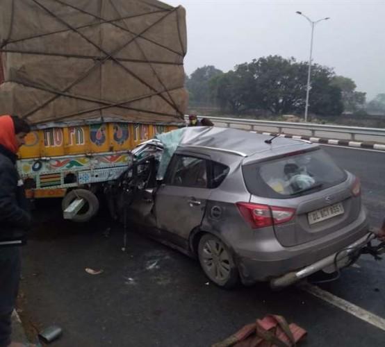 भदोही में तड़के घने कोहरे के कहर के बीच कार ट्रक में घुसी, दो लोगों की मौके पर ही मौत