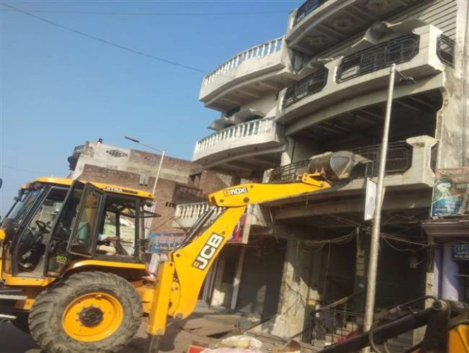 आजमगढ़ में प्रशासन ने गिराया हत्यारोपित का घर, लखनऊ में अजीत की हत्या का जरायम से जुड़ा तार