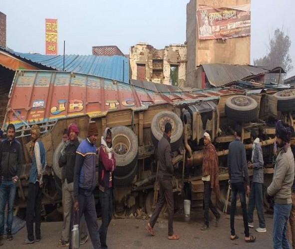 अलीगढ़-मथुरा रोड पर पलटा ट्रक, बड़़ा हादसा टला