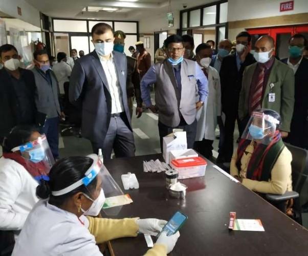 शहर के 61 अस्पतालों में वैक्सीनेशन का फाइनल रिहर्सल शुरू, लाभार्थी पहुंचे