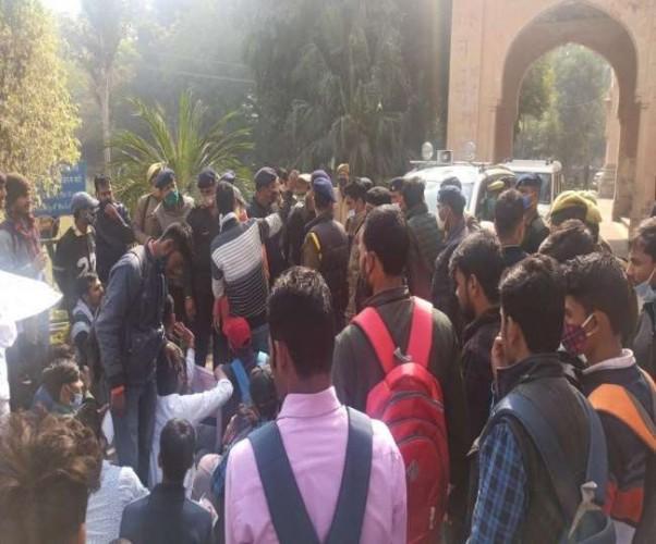 इलाहाबाद विश्वविद्यालय में छात्रों पर लाठीचार्ज, कई चोटिल