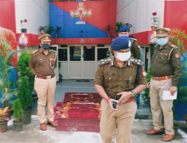 वाराणसी के मंंडुआडीह थाने की अव्यवस्था देखकर भड़के पुलिस कप्तान
