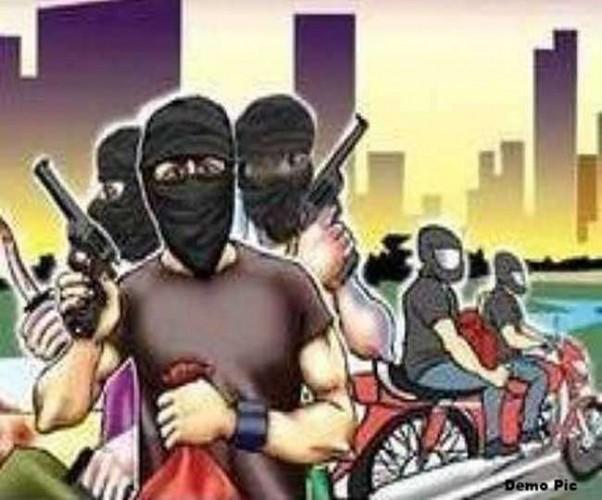 कानपुर देहात में हंसिया मारकर पांच लाख लूटे, लुटेरों के हमले से व्यापारी की तीन अंगुलियां कटीं