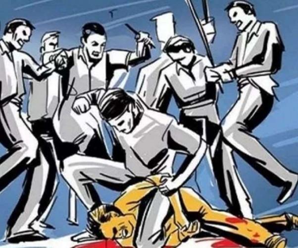 कन्नौज में छेड़छाड़ कर रहे शोहदे की आई शामत, छात्रा के मामा ने युवक को धुना