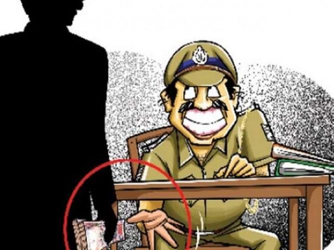 वाराणसी में पुलिसकर्मी छोड़ने के बदले 'रिश्वत', वायरल वीडियो के बाद गिरफ्तार